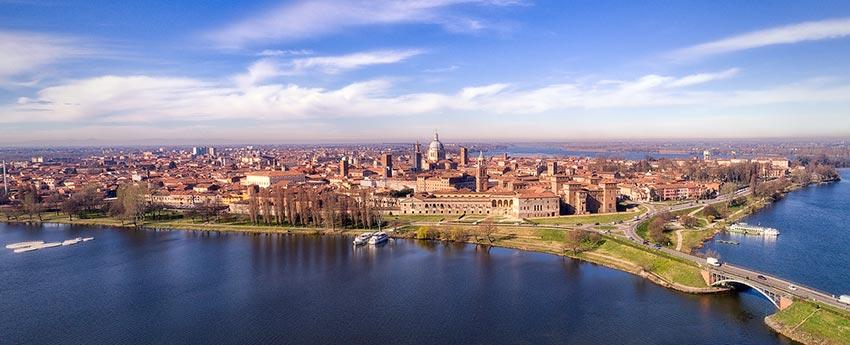 efb9a2737c «Una città in forma di Palazzo»: questa felice sintesi di Baldassarre  Castiglioni rende al meglio l'idea del fascino e delle suggestioni di cui  Mantova è ...